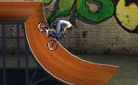 Tenta efectuar com a tua bicicleta os truques mais fixes no halfpipe!