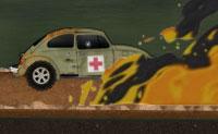 �s uma m�dica, ou seja, uma enfermeira do ex�rcito e est�s a conduzir um carro cheio de medicamentos e ajuda m�dica. Tenta conduzi-lo atrav�s da zona inimiga, o mais longe poss�vel!