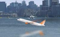 Há pânico e o avião está prestes a cair. Tenta aterrá-lo em segurança na água.